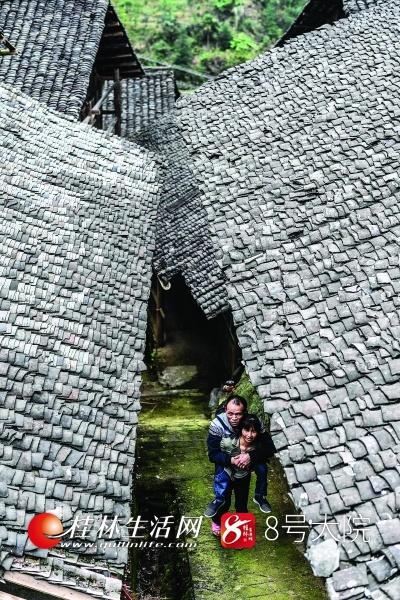 空闲的时候,梁国玲会背着杨永胜在村里走走。
