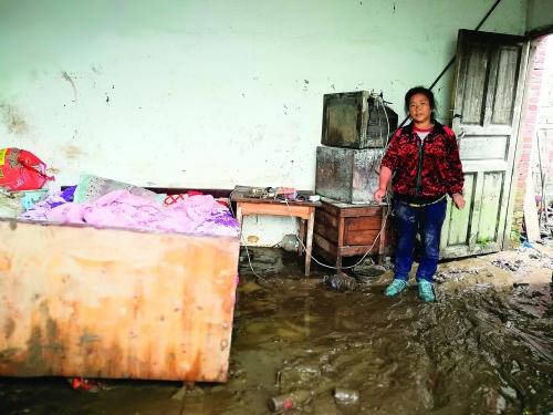 惊心动魄!站在齐腰洪水中,他砸窗勇救残疾夫妇