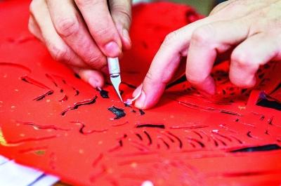 黄惠玲对作品进行细节处理。