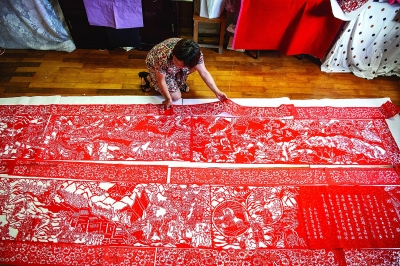 黄惠玲正在进行巨型剪纸作品创作。