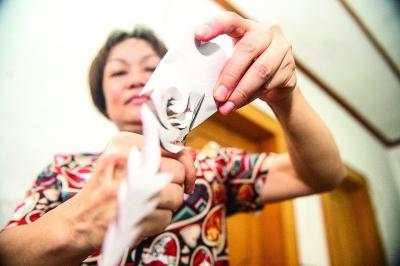 剪紙是黃惠玲生活的一部分,她每天都會做。