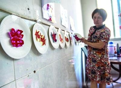 """黄惠玲剪了一些比较""""卡通""""的图案,让家里的小朋友感受剪纸的魅力。"""