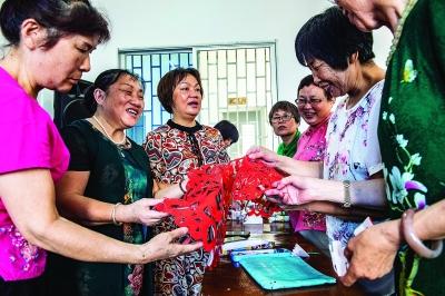 黃惠玲分享自己的剪紙作品,讓更多的人了解并喜歡上剪紙。