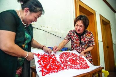 黃惠玲和來自全州的好朋友唐愛春進行交流。
