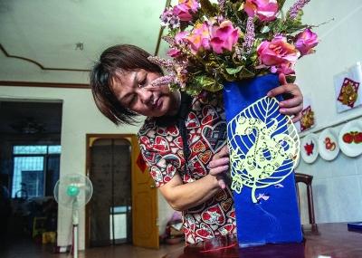黃惠玲用剪紙作品裝飾居室。