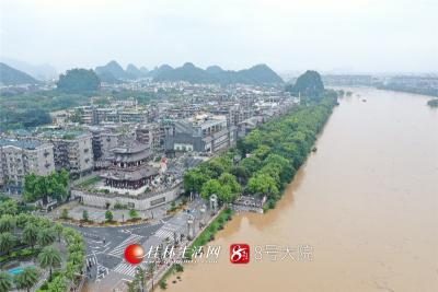 因持续暴雨,漓江出现超警戒洪水。航拍下的解放桥,洪水滔滔。
