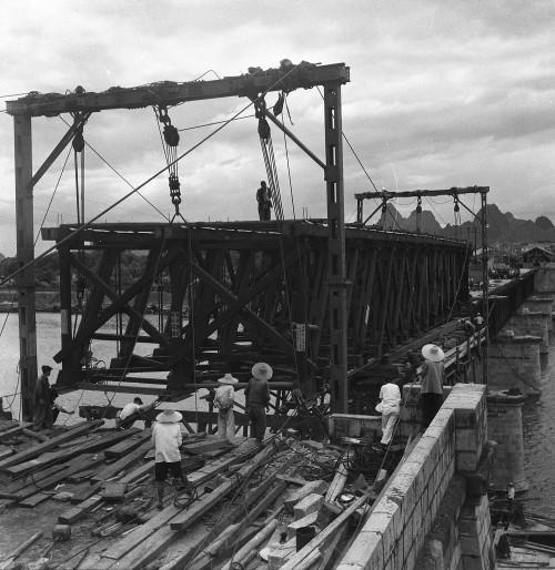 图3:1951年7月,天天彩票app政府决定在中正桥原址上重修为钢木桁架结构,图为修建现场。陈亚江 摄.jpg