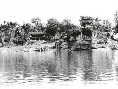 清末民初的桂林,江边的寺庙。