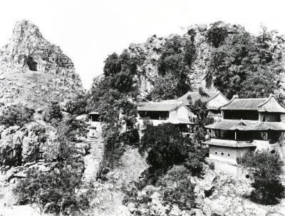 悬崖峭壁间的寺庙。