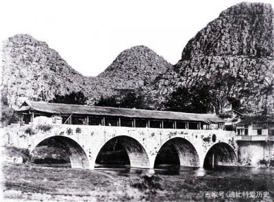 桂林一座桥梁,横跨于漓江之上。这张照片拍摄时这座桥已有一千多年的历史了。