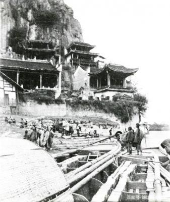漓江边上,伏波山上的伏波庙。伏波山位于桂林漓江之滨,是一座依山傍水的孤峰,东汉初年伏波将军马援南征时经过此地,故得名。