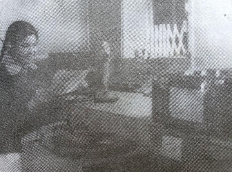 图2 50年代重庆大发时时彩计划—大发彩票8下载广播站播音员正在播音a.jpg