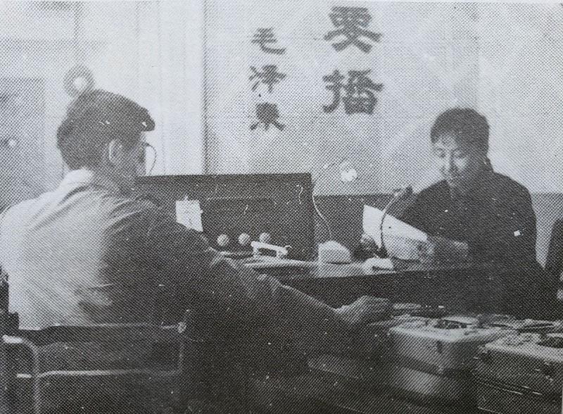 图3 重庆大发时时彩计划—大发彩票8下载广播站播音员正在录制节目a.jpg
