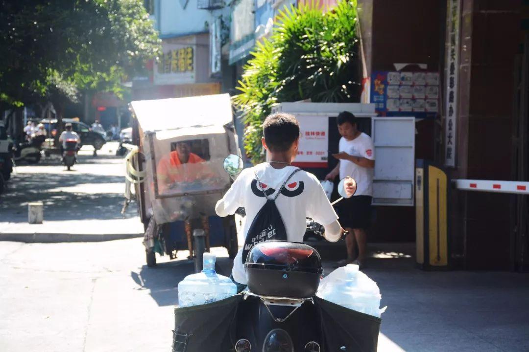 桂林街头 38℃高温下的他们在拿命赚钱!