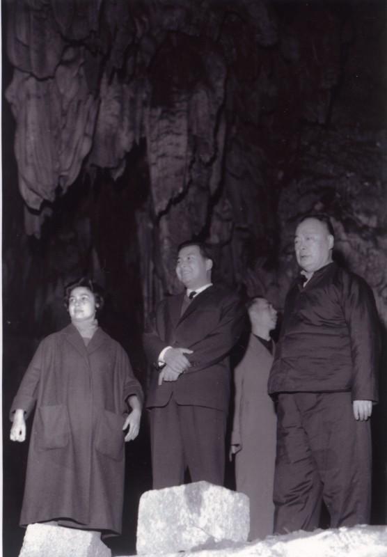 图1 1963年,陈毅和西哈努克游览芦笛岩.jpg