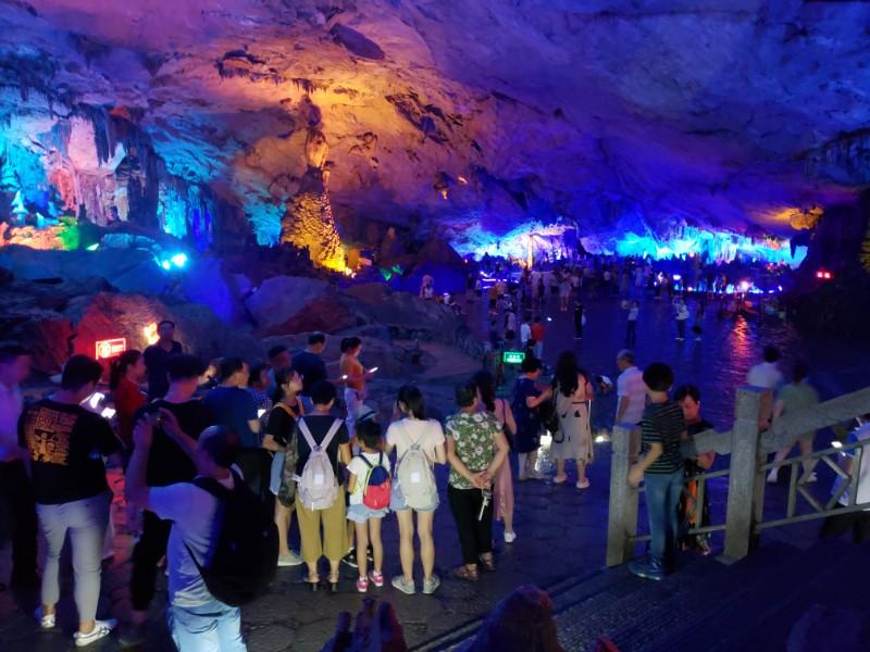 图10 芦笛岩吸引了众多游客.jpg