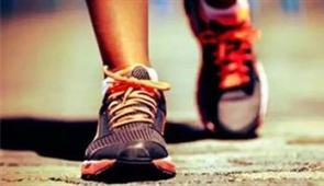 双脚勤走路 延年又益寿