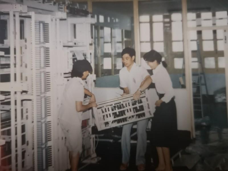 图1:1988年,施工人员正在紧张地安装10分快3首个程控交换机.jpg