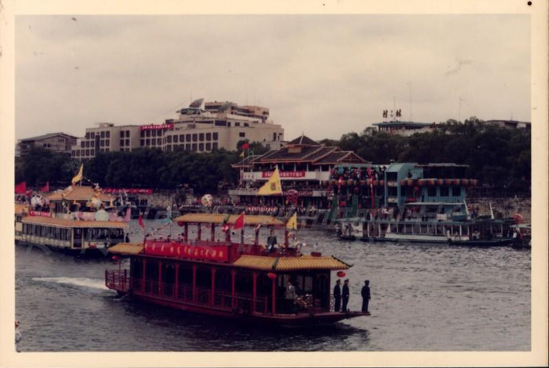 图1 1992年11月8日,首届极速大发PK10—PK彩票山水旅游节在漓江2号码头举行开幕式(极速大发PK10—PK彩票市档案馆供图).jpg