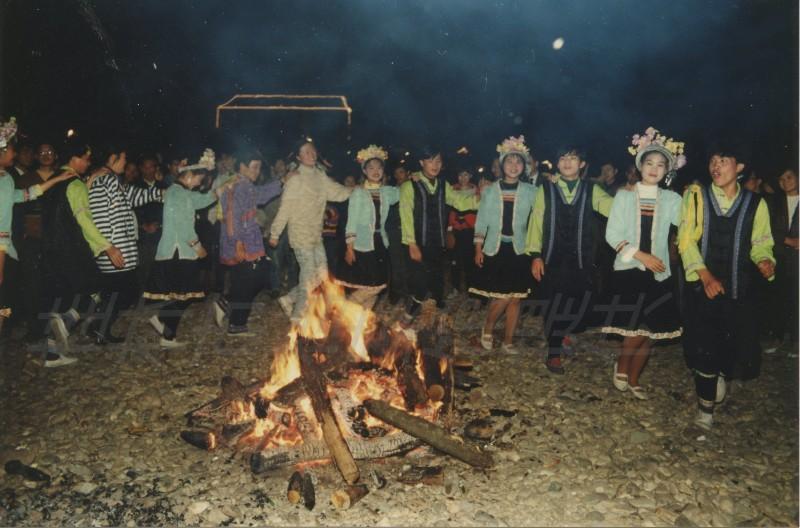 图4 第二届桂林山水节中,游客与少数民族在象鼻山三星岛围着篝火跳舞(桂林市档案馆供图.jpg