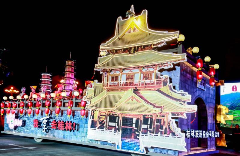 图5 2016年10月19日,第六届桂林国际山水文化旅游节艺术巡游,桂林旅游股份有限公司的花车展示了桂林深厚的文化底蕴。(本报资料图片).jpg