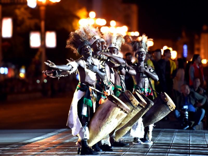 图6 2016年10月19日,第六届桂林国际山水文化旅游节艺术巡游在中山路激情上演,图为赞比亚国家文化舞蹈团带来的传统舞蹈。(本报资料图片).jpg