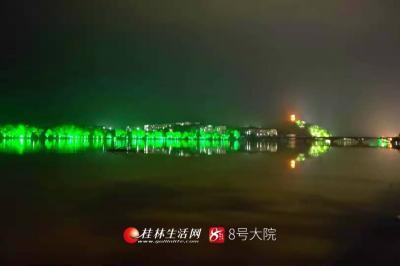 """""""倚天既出,谁与争锋。""""驻足岳湾塘滨江西岸远观,东门大桥、雷公塔与东岸的灯光形成一幅宝剑图,2019年4月20日摄"""