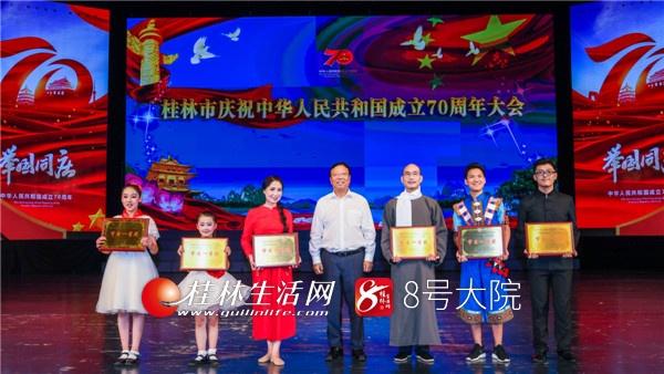 市委书记赵乐秦为获得一等奖的获奖单位颁奖并合影