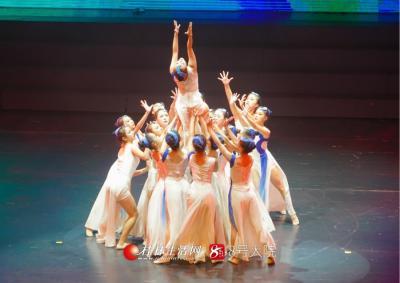 舞蹈《记忆》以艺术的形式,展现了中国人民艰苦卓绝的奋斗历程,刻画了波澜壮阔的革命历史画卷。