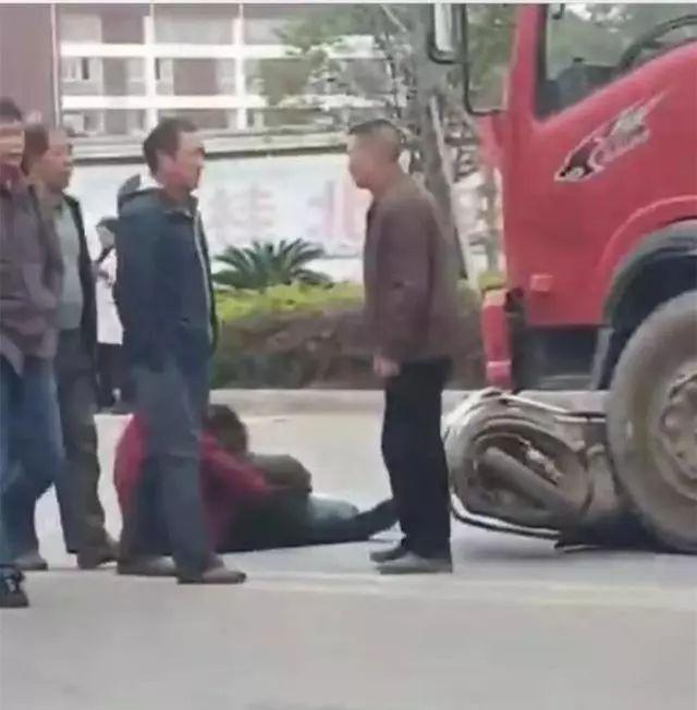 突发!桂林一大货车和电动车相撞,2人倒地不起!(图)