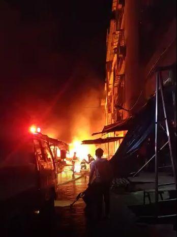 現場濃煙滾滾 鹿寨縣寨沙農貿起火