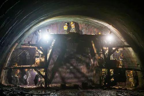 5月4日,在荔浦至玉林高速公路蒙山段文圩隧道建设现场,工人在加紧施工。近段时间以来,为确保今年底前高速路建成通车,隧道工人日夜施工,加快进度,把因疫情耽搁的时间抢回来。黄胜林 摄