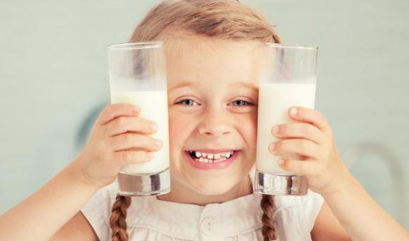 """孩子喝""""假牛奶""""带来3大健康问题,教你正确选牛奶"""