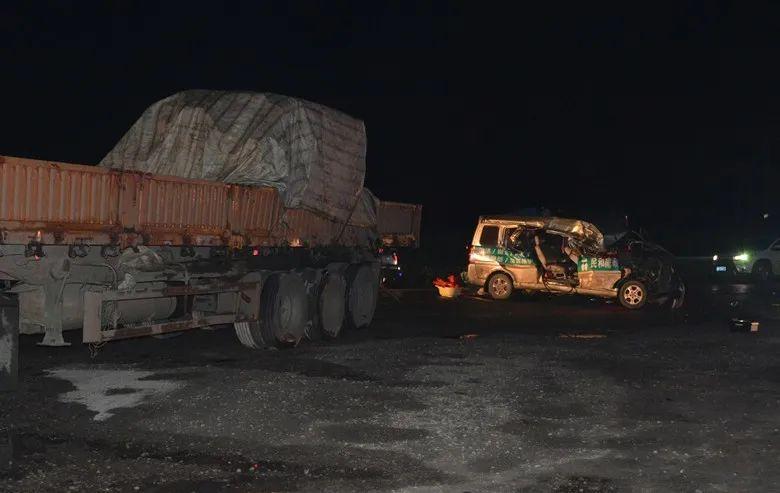 7人受傷!貨車倒車撞上路過面包車