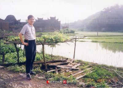 2003年灵川灵田迪塘古村落。远处的飞檐高墙房屋建筑,在西射的阳光下清晰可见。昔日旧村落的建屋不再辉煌犹如西跌的太阳,还有脚下的板条腐朽没落。自然,明天的太阳又会升起来。