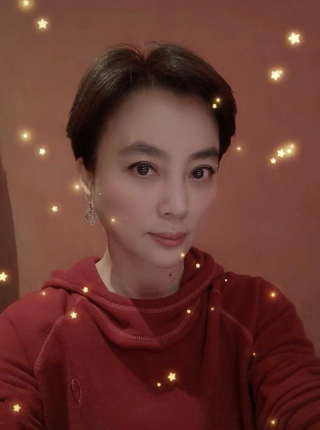 《【天辰娱乐返点】甜歌皇后李玲玉瘦脱相?颧骨突出成锥子脸》