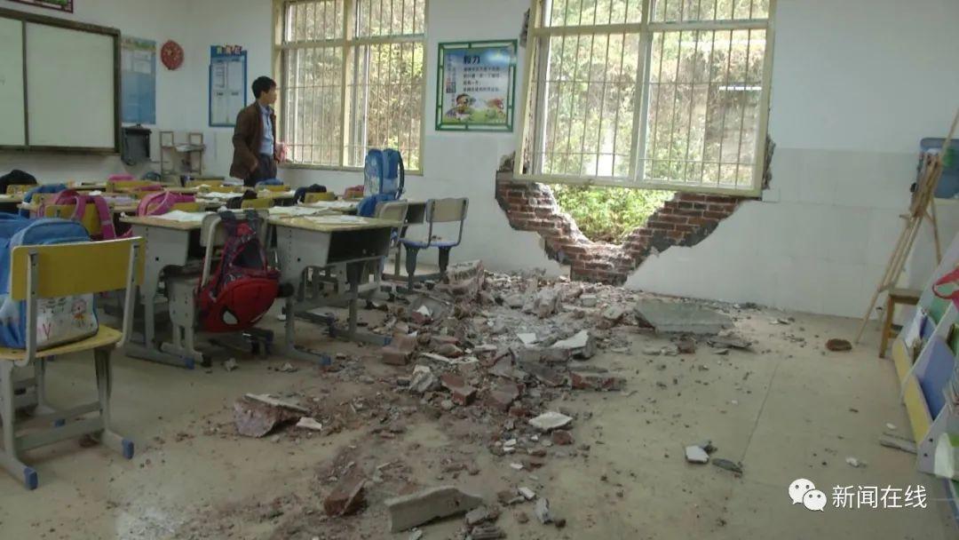 巨大山岩崩塌击中教学楼