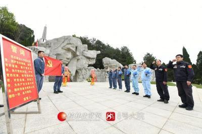3月25日,南方电网广西桂林兴安供电局组织党员代表来到红军长征突破湘江战役纪念园祭扫烈士墓碑,并重温入党誓词。莫晓姣摄