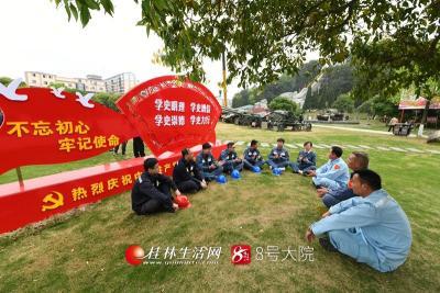 3月25日,南方电网广西桂林兴安供电局组织党员代表来到红军长征突破湘江战役纪念园开展学党史主题教育。莫晓姣摄