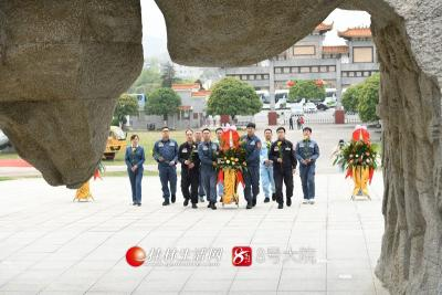 3月25日,南方电网广西桂林兴安供电局组织党员代表来到红军长征突破湘江战役纪念园祭扫烈士墓碑,为烈士墓献花缅怀先烈。莫晓姣摄