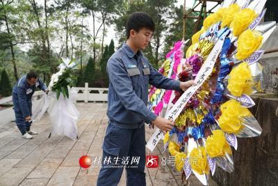 3月26日,南方电网广西桂林供电局团委组织团员代表来到苏曼、罗文坤、张海萍革命烈士墓前开展悼念缅怀活动。莫晓姣摄