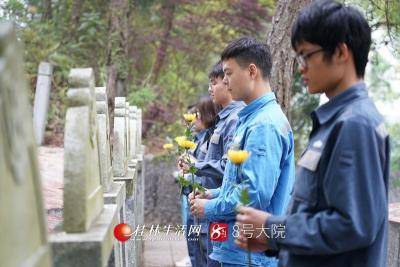 3月26日,南方电网广西桂林供电局团委组织团员代表来到革命烈士墓前开展悼念缅怀活动。莫晓姣摄