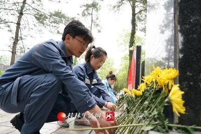 3月26日,南方电网广西桂林供电局团委组织团员代表来到解放战争中为保卫桂林牺牲的革命烈士墓前开展悼念缅怀活动。莫晓姣摄