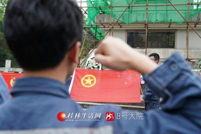 3月26日,南方电网广西桂林供电局团委组织团员代表来到苏曼、罗文坤、张海萍革命烈士墓前开展悼念缅怀活动,团员在烈士墓前重温入团誓词。莫晓姣摄