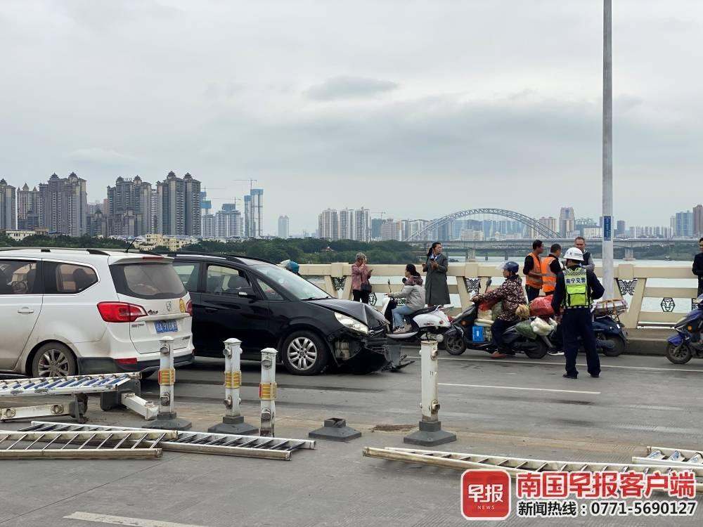 突发交通事故,一小车撞坏15根护栏