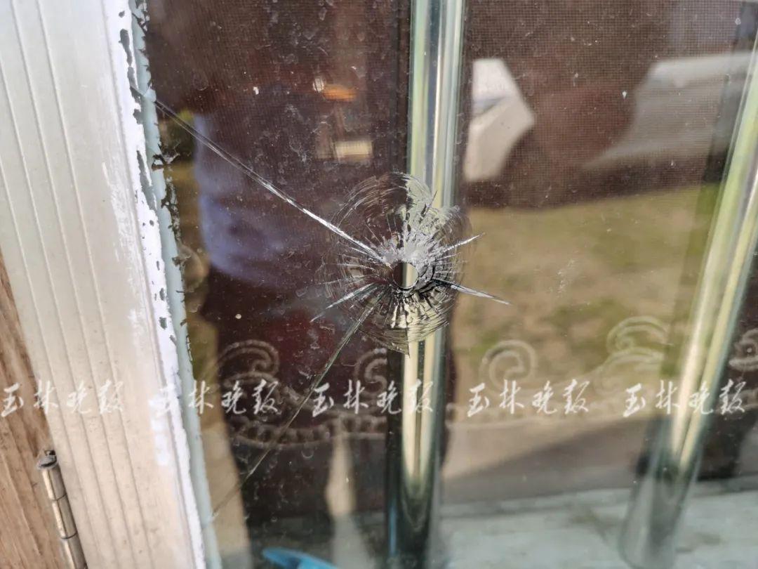 居民家中玻璃多次被击穿,地上发现..