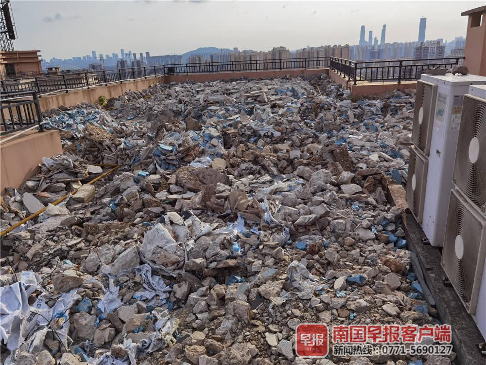 震撼!广西一业主的建筑垃圾铺满楼顶
