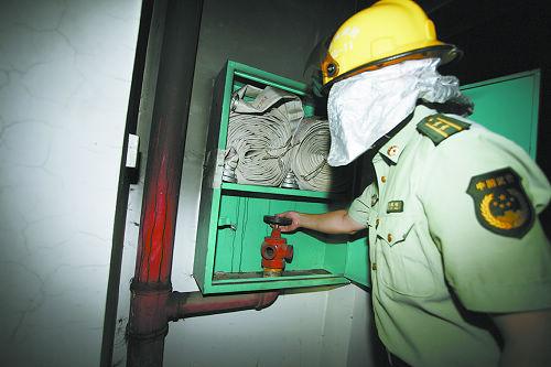 打开室内消火栓箱,发现管口没有安水带接口