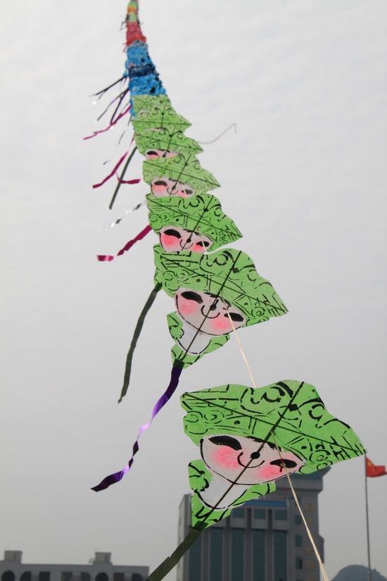 """黄老先生正在放飞千米""""龙串风筝""""  长龙欲上九重天  微笑的奥运福娃飞了起来  市民与千米长龙喜合影 桂林生活网讯 10月17日上午,作为第二届中国·桂林创新创意文化节暨桂林国际动漫节活动之一的创意风筝大赛在桂林甲天下广场举行。其中,一只由500个奥运福娃组成的、放飞后长达1000米的""""龙串风筝""""吸引了众多市民。"""