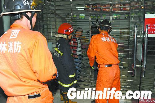 凌晨卷帘门坏了困住5人 消防出动救出